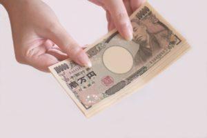 金銭の取引(女性の手)